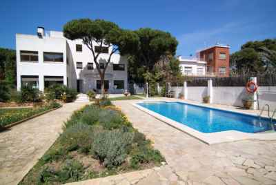 Modern house in prestigious community Gava Mar few steps from the beach